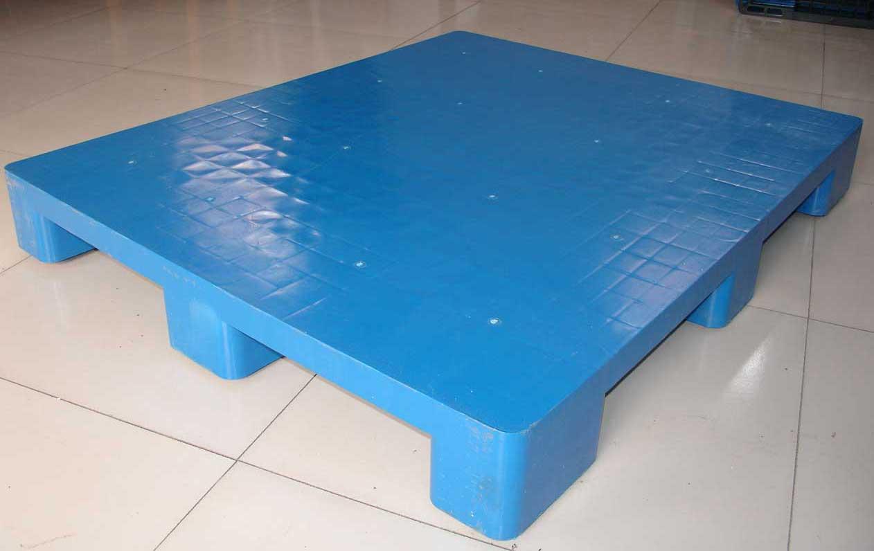 塑料托盘:是仓储、运输业广泛使用的仓储物流产品,也被叫作垫板、栈板。将货物存放在托盘上,便于用叉车将货物转运到另外地方,有利于仓储管理。是现代化运输的包装仓库以及产品出口的重要必备器材工具。 塑料托盘与木托盘、钢托盘的比较优势 1.耐久性:塑料托盘比木托盘的寿命长约8倍 2.