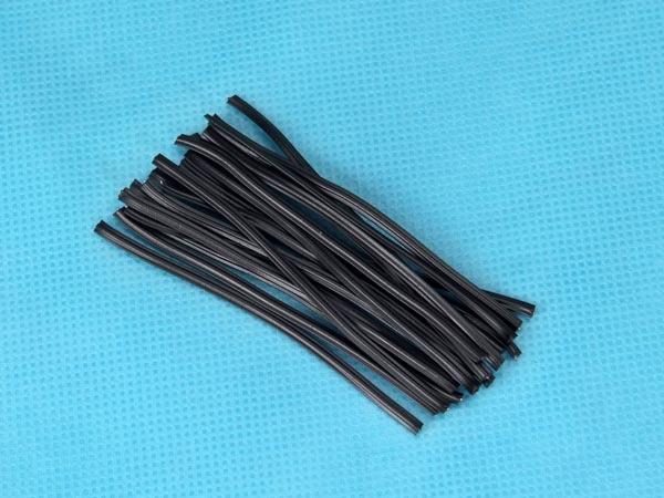 铁芯扎线 扎线(扎带)的别名: 扎线目前的叫法繁多,有: 铁芯扎带、铁丝扎带,铁丝扎线,绑扎线、绑扎丝、扎带、扎线带.....等等 扎线(扎带)种类: 分为铁芯扎线和无芯扎线两种,铁芯式扎线的外皮为PE塑料或PVC塑料,里面镀锌铁丝,无芯扎线为PET材料。 常见规格:22#-26#号芯各种规格的扎线,线芯直径为0.