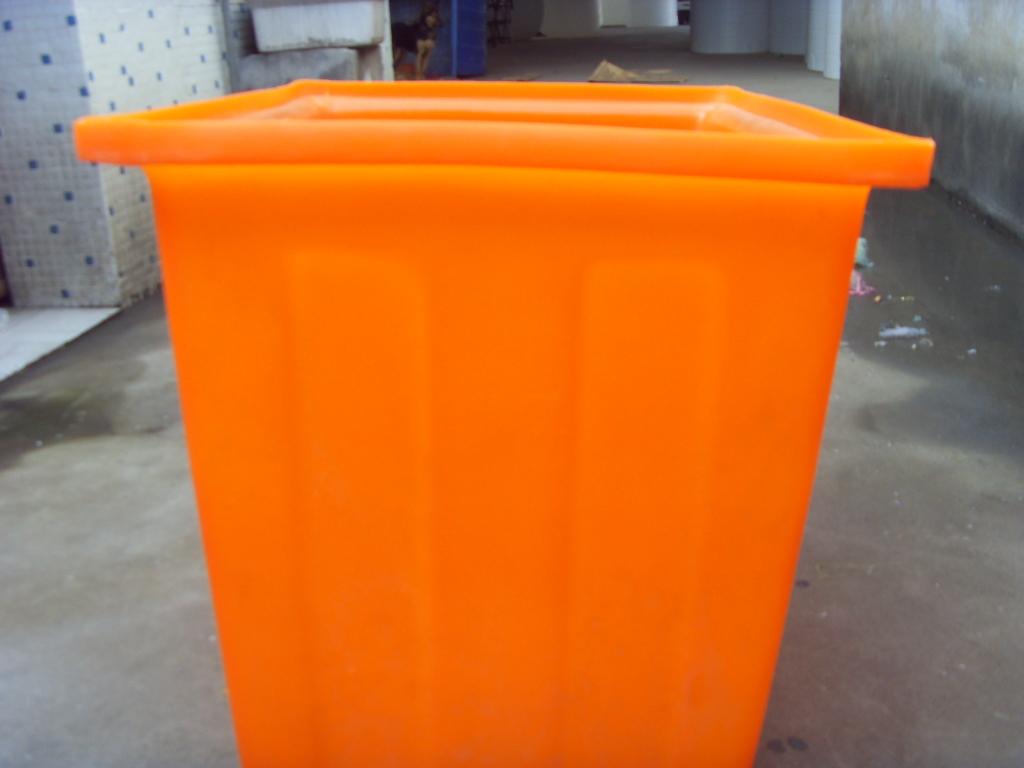 规格:150L  颜色:白色 黑色 蓝色  采用进口食品级PE原料、一次性成型。产品具有无毒无味、耐酸耐碱、耐冲击、耐高温(80摄氏度)耐冷冻(-40摄氏度)、不渗漏、不易老化、无需维修及清洗,安装、运输方便等等优点,其中水箱产品的使用寿命高达25年之久。广泛用于高层建筑二次供水、储水、水处理、医药食品、电子化工、水产养殖、纺织印染、石油化学试剂、酸洗电镀、酿酒制糖、蔬菜腌制、冷冻冷藏、茶叶生产周转箱,环保卫生等多个行业。  聚乙烯英文名称:polyethylene ,简称PE,是乙烯经聚合制得的一种热塑
