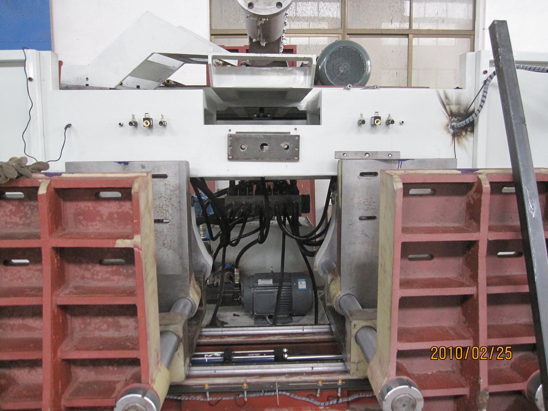 80(mm) 螺杆长径比 24 电动机功率 37(kw) 模架数量 2 采用plc控制器