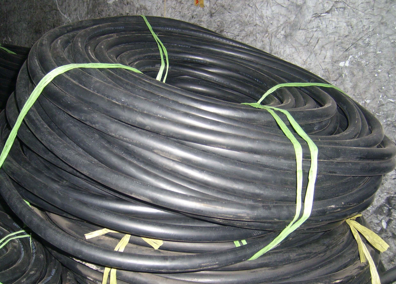2SN/R2AT钢丝编织液压胶管产品结构及性能 内胶层:黑色耐油合成橡胶。 增强层:两层高强度,高抗拉的软管专用钢丝编织的增强层 ( 2W/B ) 外胶层:黑色耐油、耐腐蚀、耐磨的合成橡胶,外观为布纹面。 温度范围: -40  至 +100  此液压胶管扣压接头无需剥外胶。适用于工程机械及连续作业的液压设备具有良好的耐热油 抗脉冲性能。符合SAE 100 R2 AT / DIN EN 853 2SN 标准  2SN/R2AT钢丝编织液压胶管指标