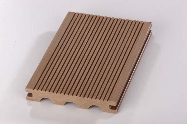 木塑地板的优点   (1)防水、防潮。根本解决了木质产品对潮湿和多水环境中吸水受潮后容易腐烂、膨胀变形的问题,可以使用到传统木制品不能应用的环境中   。   (2)防虫、防白蚁,有效杜绝虫类骚扰,延长使用寿命。   (3)多姿多彩,可供选择的颜色众多。既具有天然木质感和木质纹理,又可以根据自己的个性来定制需要的颜色   (4)可塑性强,能非常简单的实现个性化造型,充分体现个性风格。   (5)高环保性、无污染、无公害、可循环利用。产品不含苯物质,甲醛含量为0.