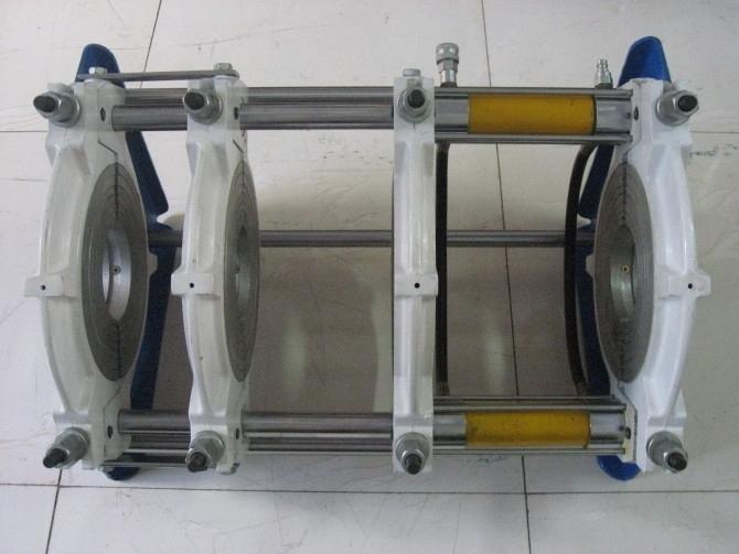 液压【cj -250】型 性能及特点: 适用于Dn90-250区间内所有规格PE、HDPE、PP等塑料管材的热熔对接式焊接。 夹具与操作系统分开,易于下沟操作。 由操作平台(液压、电子)、夹具、加热板、铣刀四部分组成。 液压软管和快速接头让焊接工作更加方便、灵活; 夹具采用四卡套结构,定位管材准确,易于调整错边量。 采用液压系统控制对接力,压力准确、稳定。 温控、油压系统集成控制台,使得温、压参数同步显示在同一界面。 电动铣刀,安全限位开关,防止铣刀意外启动。 采用电磁阀电动控制(油缸进退