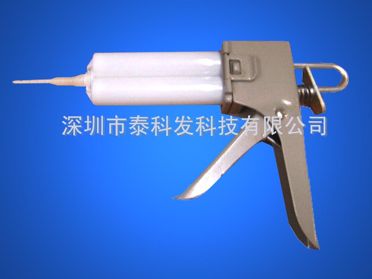 AB胶的具有很高的粘接强度,但是也存在一些不足,如固化时间长、手工混合不匀造成固化不良、固化时间长等等不足。目前有一套快速点胶系统可以解决,这个系统在国外已经普及了,在国内还没有普及,大部分人使用的时候采用传统的方法进行点胶涂胶。这套系统主要由打胶枪、双组份针筒、混合管三个大件组成。胶水工厂使用双组份针筒将AB胶预先包装储存在AB胶针筒里面,使用的时候装在打胶枪上面,再将混合管接在出胶口的上面,利用混合管里面的混合页片将两种胶水混合管均匀(一般7节之后就可以了,使用的多是17节的,混合效果相当与手工的几百