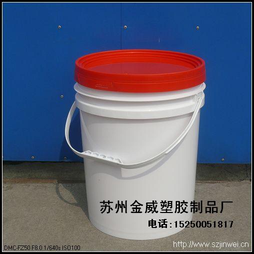 企 业 简 介 苏州市金威塑胶制品厂成立于2003年,05年加入中国塑料行业协会,总投资3000余万元,占地面积一万余平米,建筑面积五千余平米。在北京、上海、南京、济南等地设有办事处。 我们以质量第一,信誉至上,全员参与,精益求精的质量方针和不断提高顾客满意度的质量目标,坚持为客户提供高效、优质、价廉的产品。 我厂是专业从事塑料桶的制造企业,拥有十多台注塑机,日产量在20000只(桶),可根据客户要求的尺寸、造型、性能等设计、开发各种新型塑料包装桶。经过多年来的发展,已成为一家集模具制造、注塑加工为