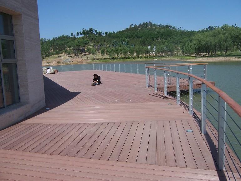 塑木/木塑材料是将聚酯(PP、PE、PVC等树脂或回收的废旧塑料)和木质纤维材料(木屑、竹粉、稻壳、秸梗等)按一定比例混合,并添加特制的助剂,经高温、挤压、成型等工艺制成一定形状的复合型材。木塑材料可代替木材、塑料等,主要用于包装、建材、家具、物流等行业。 南京大源户外防腐塑木/木塑地板特点: 1、属纯天然环保材料,无需经过任何化学处理即可长期用在户外; 2、密度较高,高于水的密度,水较难将木材完全渗透; 3、不用上油漆,原木颜色更显高贵且不影响木材的功能和寿命; 4、使用寿命比普通防腐木长(十倍以上);