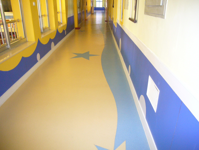 山东塑胶地板的简介: 1,安全环保:塑胶地板的主要原料是聚氯乙烯,聚氯