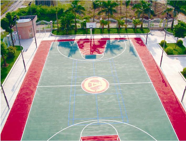 标准篮球场 一、球场尺寸:是一个长方形的坚实平面,无障碍物。对于国际篮联主要的正式比赛,球场的丈量要从界线的内沿量起。对于所有其它比赛,国际篮联的适当部门,有权批准符合下列尺寸范围内的现有球场:长度减少4米,宽度减少2米,只要其变动互相成比例。天花板或最低障碍物产高度至少7米。球场照明要均匀,光度要充足。灯光设备的安置不得妨碍队员的视觉。所有新建球场的尺寸,要与国际篮联的主要正式比赛所规定的要求一致:长28米,宽15米。 塑胶蓝球场:球场周界线: 24(长)13(宽)米(业余级比赛) 26(长)14(宽