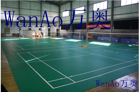 WanAo万奥羽毛球塑胶运动地板   1、WanAo万奥羽毛球场地地板是由PVC耐磨层、玻璃纤维加强层和PVC发泡缓冲层组成。   2、WanAo万奥地板100%纯PVC耐磨层,经防老化和紧固技术处理,耐磨耐压,使用寿命可达15年。    WanAo万奥地板玻璃纤维加强层起到稳定场地尺寸、延长使用寿命的作用,使地板永不收缩,性能更加稳定,使运动员发挥出更好的水平。    WanAo万奥地板封闭式PVC发泡缓冲层材料如气垫式构造,提供绝对的安全性、回弹性和标准的吸振性,吸振率达到30%50%。