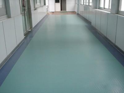 塑胶地板由于主要成分是乙烯基树脂,和水无亲和力,所以其自然不怕水