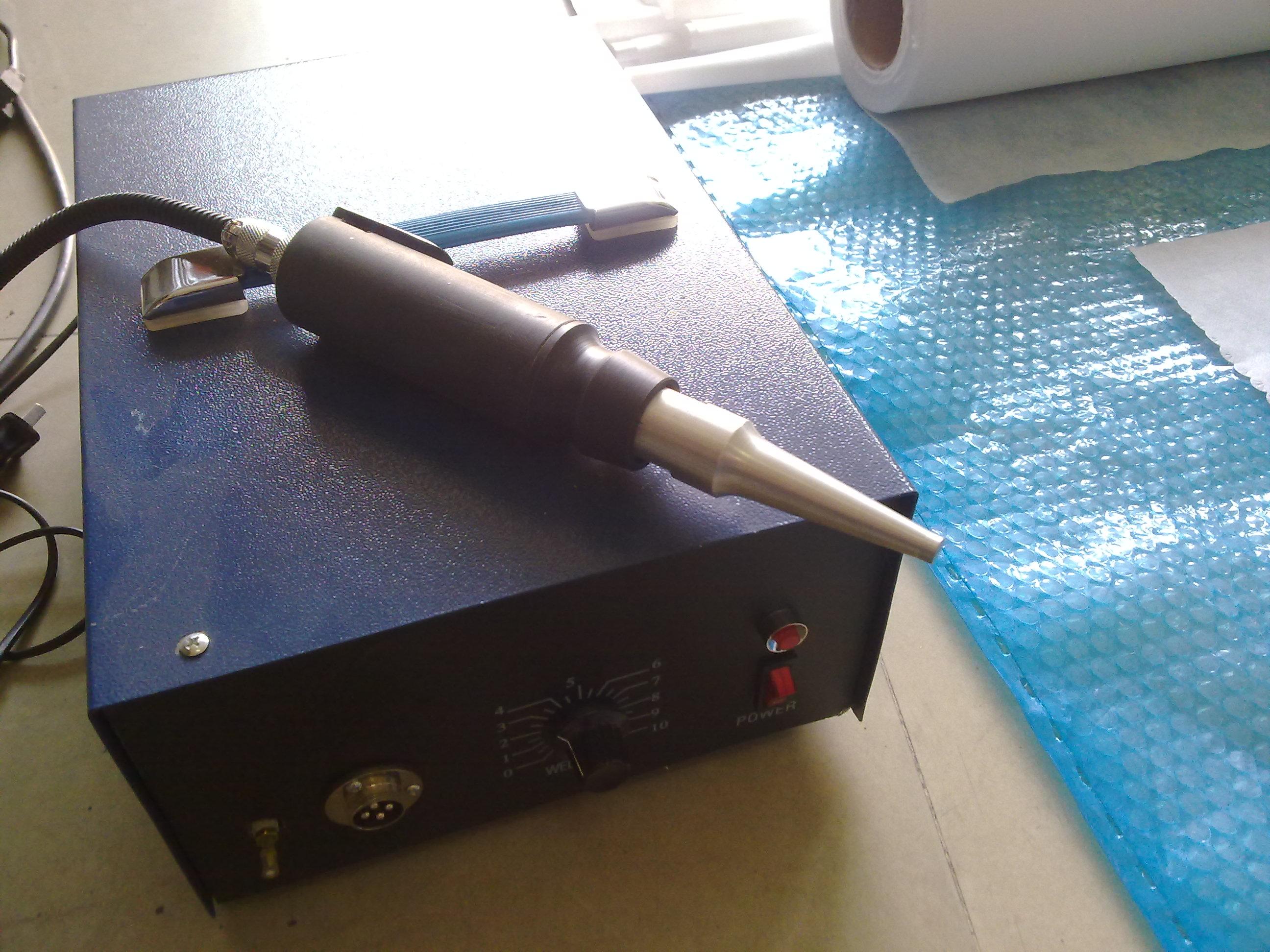 型号:300W-5600W 手持式,台式,数控式超声波焊接机,全自动超声波焊接生产线 明和超声波产品:超声波焊接机,超声波清洗机,超声波土工格栅焊接机,振动摩擦焊接机各种非标塑料熔接设备! 工作原理: 热塑性材料在加热元件加热下,分子达到熔融状态,短时间内两塑件在一定压力下压合,相互间通过分子运动成为一体,并经一定时间冷却后,两塑件就会熔合为一体,并达到一定熔接强度,这样就实现了熔接功能。 特点: 设备系列分为垂直或平行热板装置 传动系统会采用气动、液压驱动或侍服马达推动 灵巧设计以适应生产所需 优点: