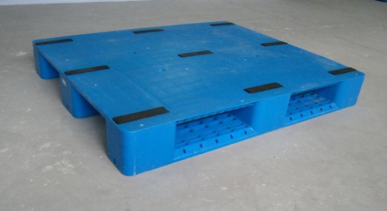 品 名:塑料托盘 产品型号:超轻单面,轻型田字,网格单面、网格川字、网格田字、网格九脚、网格双面、平板川字、平板田字、平板九脚、平板双面,尺寸多、颜色全 材 质:PPPE 量大可以按装要求制作 颜 色:蓝 绿 红 灰 黄(现货颜色蓝色) 用 途:是现代运输、包装、仓库的重要工具,是国际上规定用于食品、水产品、医药、烟草、化学品、化工原料、立体仓库等各行业之储存必备器材是车间长期周转和一次性出口使用.