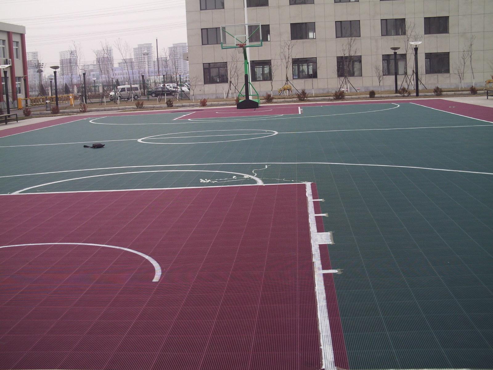 悬浮式拼装地板是指目前市场上渐趋流行的第四代体育运动地板。 该地板主要采用改性PP(聚丙烯)为原材料,可广泛用于各类运动场地,娱乐,休闲,健身场地。 与木地板相比具有运动性能更为卓著,价格更加便宜,基本无需后期维护费用,等等诸多优点。 产品特征性能: 1、多功能性:篮球、网球、排球、羽毛球、乒乓球、室内足球场、手球、健身馆、幼儿园、娱乐广场、公园、老年人活动场所等,只需平整的水泥或沥青地面即可使用铺设;    2、方便性:安装快捷,维护简单。安装时地板间以公扣母扣衔接,为使安装后相邻两地板块配合紧密,安装