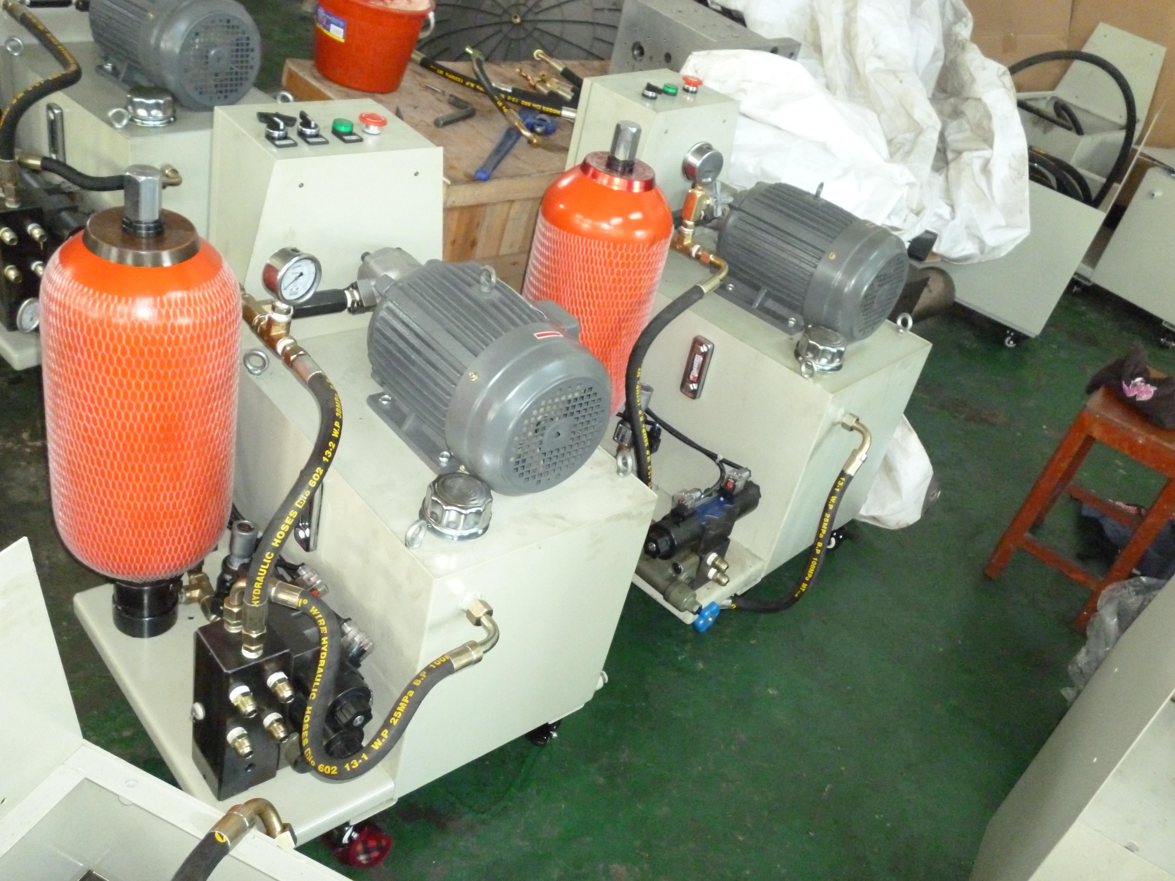 中国挤出电动液压站 台州市黄岩顺益挤出模具厂是一家专业从事制造挤出模具的私营企业。经过技术人员多年努力,拥有实际经验和先进的CAD/CAM加工设备,成功的开发了各种单层,多层共挤模头 液压站是由泵装置、集成块或阀组合、油箱、电气盒、蓄能器组合而成。 ·泵装置:上装有电机和油泵,是液压站的动力源,将机械能转化为液压油的压力能。 ·集成块:由液压阀及通道体组装而成。对液压油实行方向、压力和流量调节。 ·阀组合:板式阀装在立板上,板后管连接,与集成块功能相同。 &mid