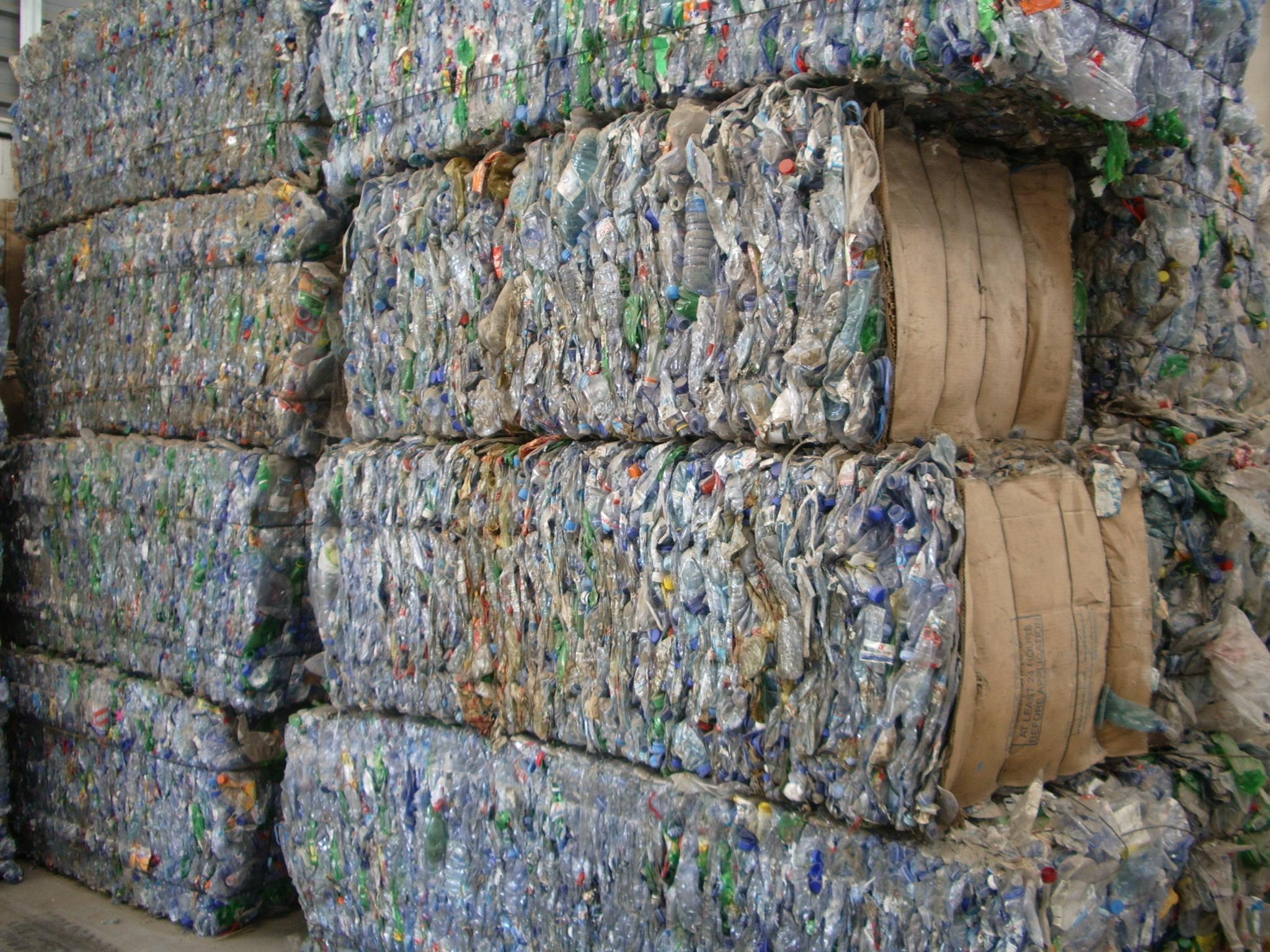 Atlana公司于2001在中东成立,依靠其在回收塑料清洗加工领域的领先经验和优势并最早与欧,非洲建立完善供应销售网络,以此巩固Atlana在埃及回收塑料行业中风行标,成为中东发展最快的回收塑料厂家之一,长期为中国大陆的化纤塑料橡胶厂家提供各类回收PET瓶砖,PET瓶片,PET废丝,PET胶头,PET块料,PETX光片,PET打包带,LDPE/DHPE胶粒,LDPE/HDPE薄膜,PVC破碎料,P.