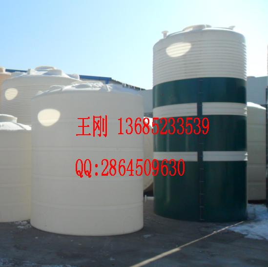 唐山10吨塑料水箱,遵化10立方PE水塔 制作工艺:采用韩国进口聚乙烯原料经国外成熟的滚塑工艺一次完整成型。 产品优点:一次成型内外光滑,具有良好的卫生性与抗紫外线能力,耐撞击、抗强震、不易老化、不长水藻、易清洗、防鼠、防白蚁、安装移动方便。广泛用于高层筑二次供水、蓄水、水处理净化设备配套、电子行业、工业用冷却水、化工制剂、化工原料、各种油品、饮品的存储、运输。 产品常用名称:塑料水箱、PE水箱、PE桶、蓄水箱、储水箱、PE储罐、塑料储罐、清洗水箱、塑料水塔储罐、聚乙烯水箱、反渗透塑料水箱、超滤水箱、原水