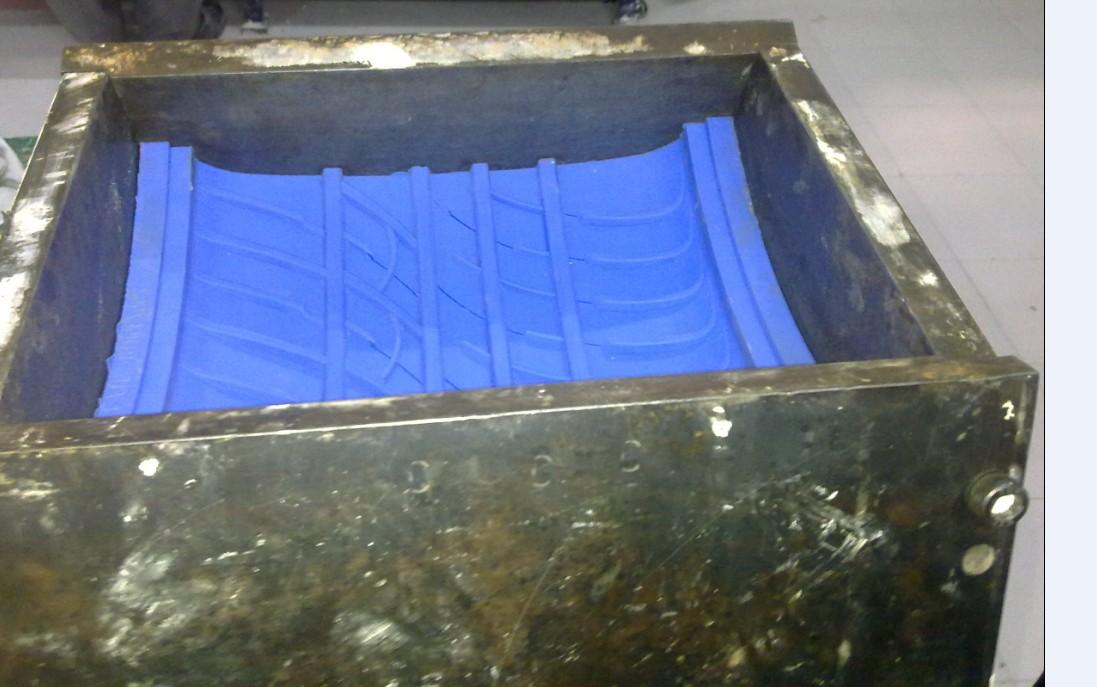 温馨提示: 1. 本公司产品勿需加入硅油调节软硬度和流动性,用户若需比上述牌号更软或流动性更好的产品,请与本公司联系提供。我们不推荐添加硅油,对于软模或者是花纹非常精细的产品,一般硅油添加比例也只在5%-10%。 特点:  双组分硅胶: 液体硅胶和固化剂  流动性好、易排泡、易灌注  耐高温耐酸碱、低收缩率  高抗拉、高抗撕、翻模次数多 固化剂添加比例及反应: 1、添加3-5%固化剂, 有30分钟可操作时间(室温下),4-8小时模具即可完全固化。 2、硅胶和固化剂的混合比例是100:3-5.
