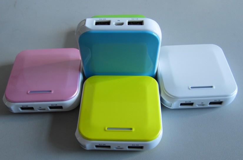产品介照及特点: 智能移动电源,外形超薄、时尚,光泽度好。 双USB智能输出接口,可同时为iPad/iPhone充电,也可同时给2个手机或数码设备充电,插上数据线即可实现随身、随时充电。 6600mAh高容量聚合物电芯,充电性能快速、安全,方便实用 持久耐用,充放电循环次数≥600次。 智能控制 单键飞梭,一个按键可实现所有功能操作。 自动休眠,非工作状态下自动休眠,防止电量损耗。 一机多能,适用于iPad/iPhone、手机、MP3、MP4、GPS等数码产品。 超值共享,无须携带各种充电器,随机附