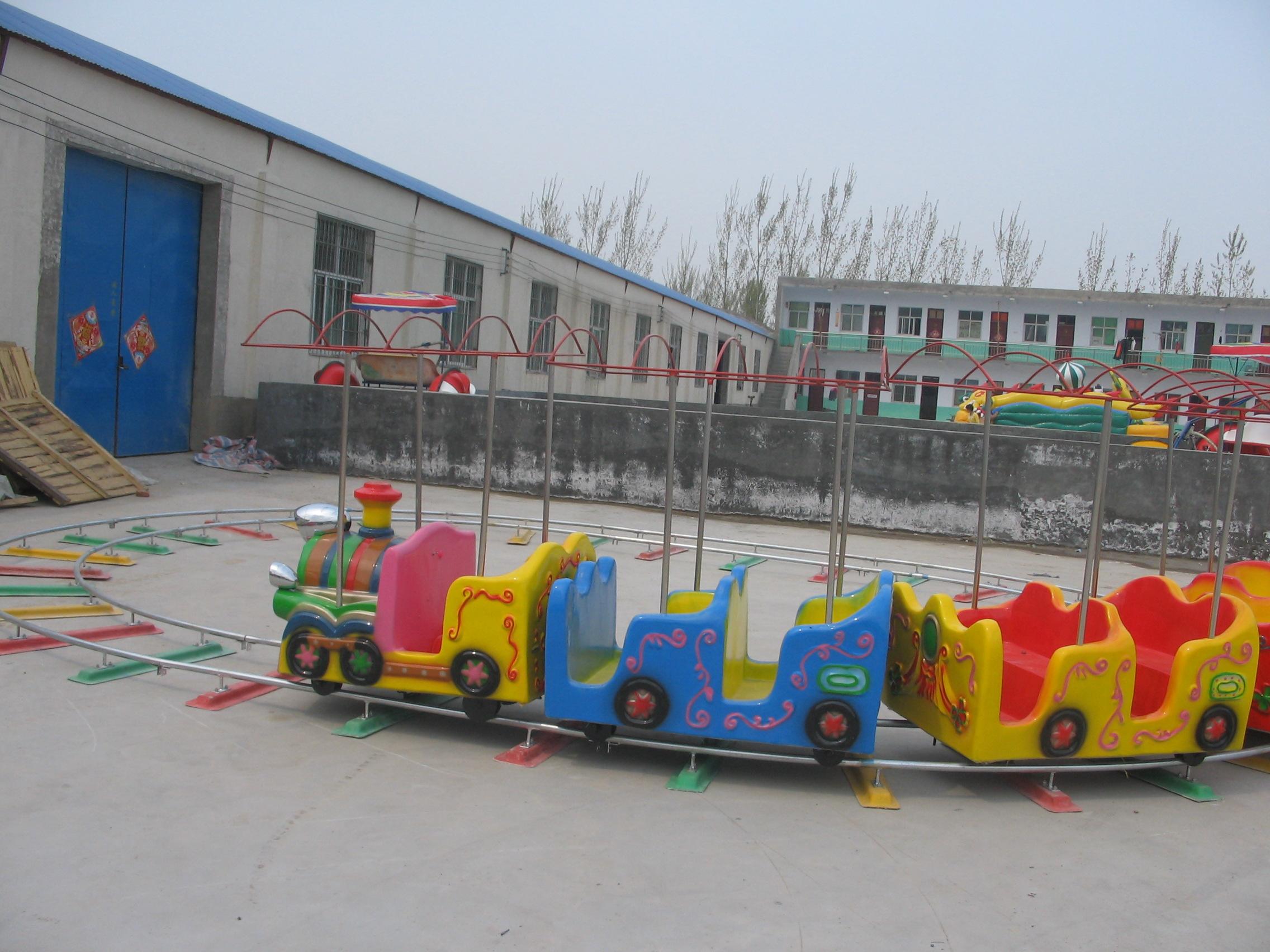 规格:4节4座,4节8座,4节14座等。 轨道火车又叫儿童小火车,是模仿正规火车而制作的以火车头在前、后面跟着数节类似摇摆机款式的卡通座位供儿童玩乐的机械玩具。轨道由正规钢轨组成,车型可按需求随意更换,由开启电柜输入电流到轨道供火车开动。适应于公园、幼儿园 使用方法:轨道做成后铺设在地下,然后上面摆放几台小火车,再由开关启动后,这些串联起来的小火车就可以在指向的轨道上面慢慢地滑动了,而且在滑动的时候,小朋友们可以对周边一些动物造型进行射击,射击中这些假的动物后,它们便会发出动物特有的叫声,让人真切的感受到