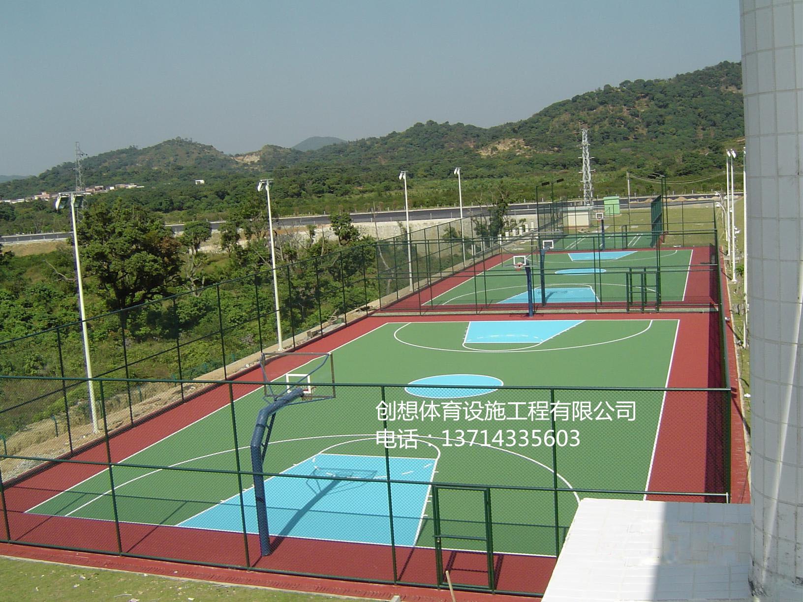 常规产品规格:塑胶篮球场又称全天候运动篮球场,基础层是一个长方形的坚实平面,由聚氨酯预聚体、混合聚醚、废轮胎橡胶、EPDM橡胶粒或PU颗粒、颜料、助剂、填料组成。塑胶篮球场具有平整度好、抗压强度高、硬度弹性适当、物理性能稳定的特性,有利于运动员速度和技术的发挥,有效地提高运动成绩,降低摔伤率。塑胶篮球场是由聚氨酯橡胶等材料组成的,具有一定的弹性和色彩,具有一定的抗紫外线能力和耐老化力是国际上公认的最佳全天候室内外运动场地坪材料。 塑胶篮球场地规格: 奥运会篮球比赛和世界篮球锦标赛的比赛场地长度为28米,宽