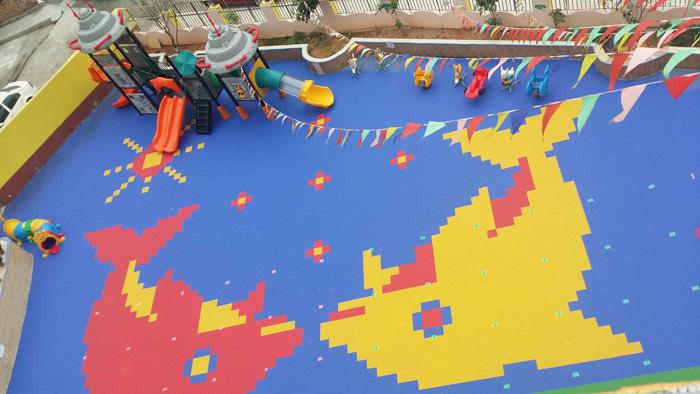 浙江幼儿园地板|运动地板|悬浮拼装地板生产商主要采用改性PP(聚丙烯)为原材料,可广泛用于各类运动场地,娱乐,休闲,健身场地。它与木地板想比具有运动性能更为卓著,价格更加便宜,基本无需要后期维护费用,等等诸多优点。 浙江幼儿园地板|运动地板|悬浮拼装地板生产商产品优势 1.
