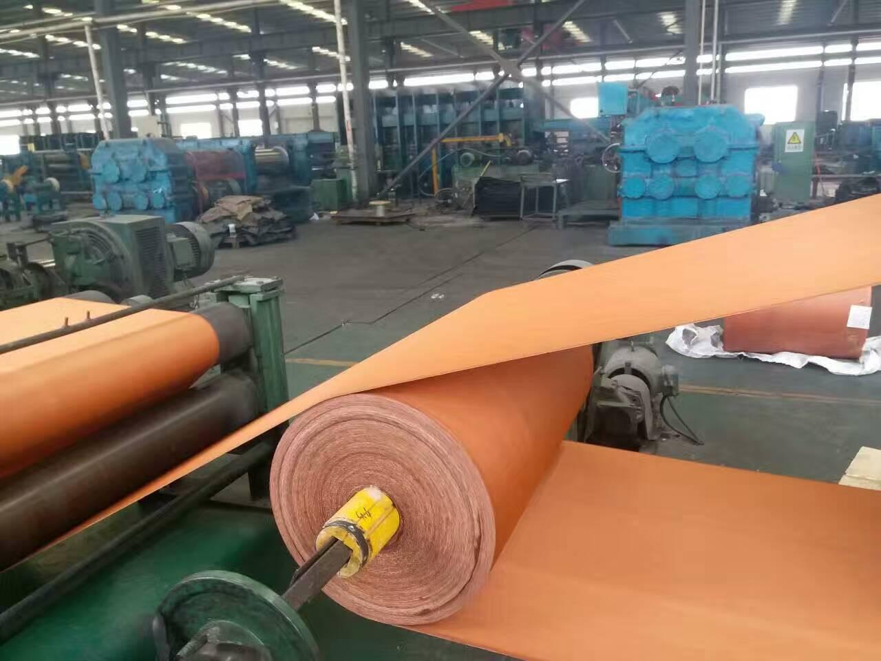 青岛输送带厂家|白色输送带|耐酸碱白色橡胶输送带 根据使用环境和要求的不同分为很多规格和型号: 1.根据客户按宽度可以随意裁剪; 2.按使用环境的不同,分为普通输送带又包括(普通型、耐热型、难燃型、耐烧灼型、耐酸碱型、耐油型)、耐热输送带、耐寒输送带、耐酸碱输送带、耐油输送带、食品输送带等型号。其中普通输送带 和食品输送带上覆盖胶最低厚度为3.