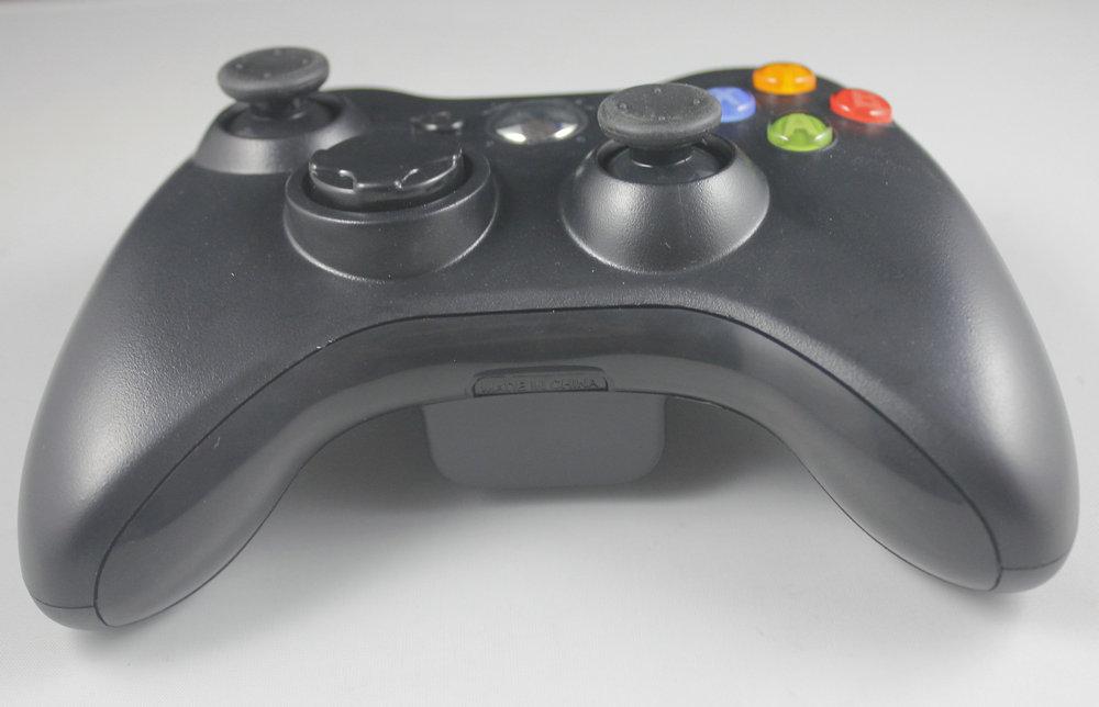 品牌:尼嘉/NYGACN 型号:NJX311A 适用设备:XBOX ONE游戏主机、安卓设备、PC电脑、PS3游戏主机 连接方式:2.4G无线连接 基本功能:数字模拟+模式模拟 功能按键:方向键+8个功能键+2个摇杆 连接范围:7米 产品颜色:黑色、白色 产品重量:248.4克 此产品按照Xbox360无线手柄外形改装成2.