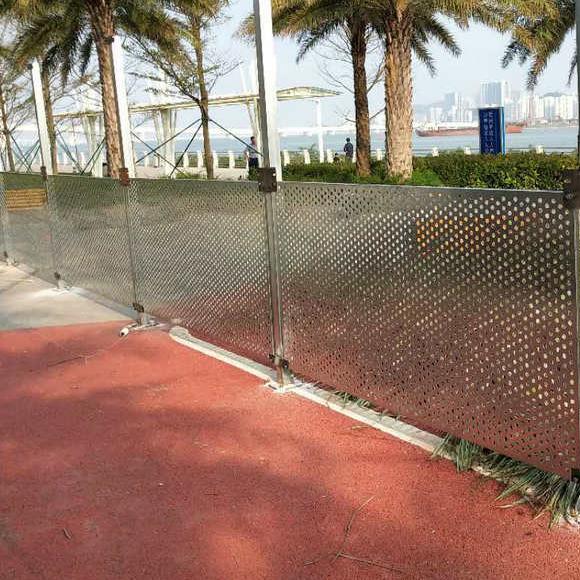 白色烤漆镀锌板冲孔围挡 冲孔板围挡价格 海岸边坡冲孔围挡厂
