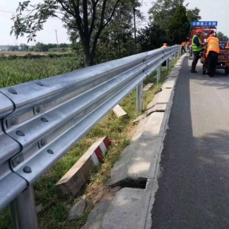 厂家GR-A-2E波形护栏板 喷塑环保波形护栏 桥头过渡波形梁护栏 三波波形护栏安装