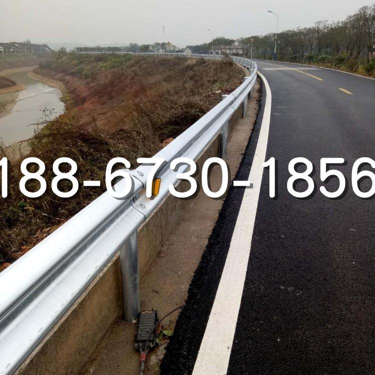 西安钢波护栏生产厂家供应平凉高速护栏 绿色三波护栏板 波形护栏