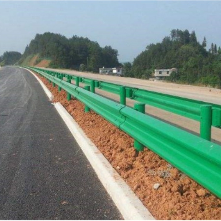 安徽两波乡村公路波形护栏板_三波波形梁钢护栏_采用优质材料表面镀锌喷塑处理_绿色护栏板厂家