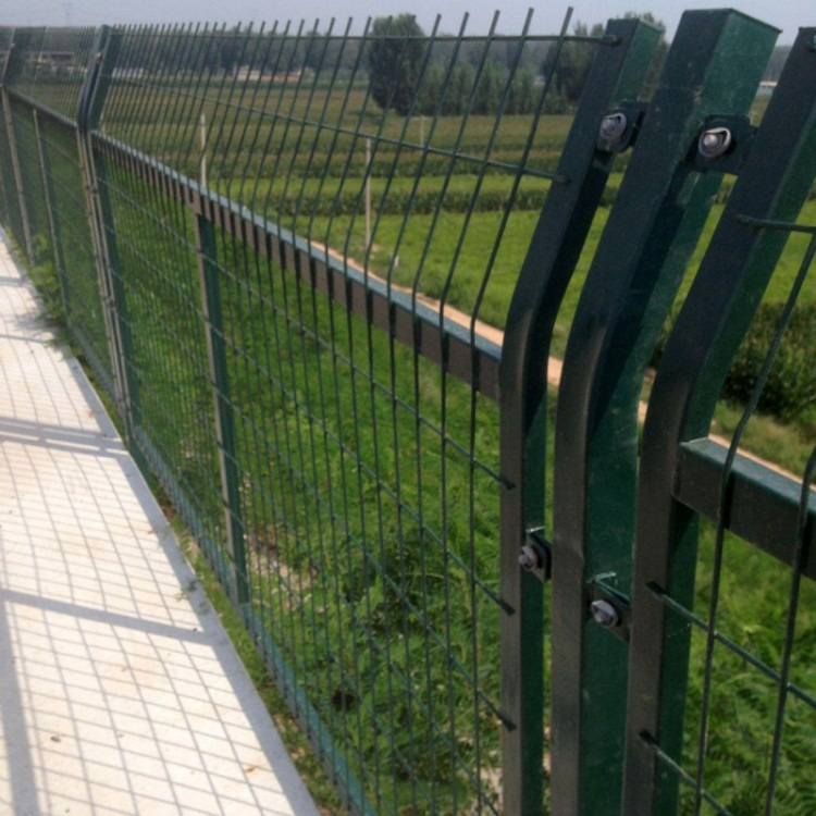 安平县铁路护栏网-哪里有铁路护栏网-铁标铁路护栏网片标准