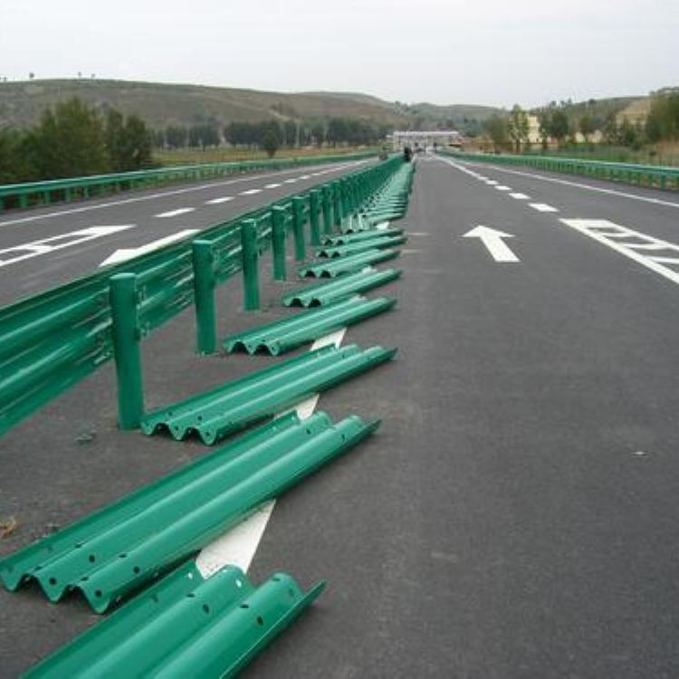 高速防撞护栏 高速公路护栏 道路防撞护栏厂家直销 波形护栏生产厂家